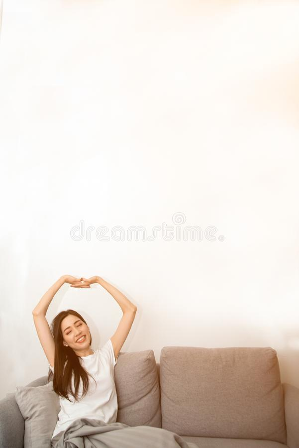 Mulher asiática relaxado e respiração de descanso fresca no sofá imagem de stock royalty free