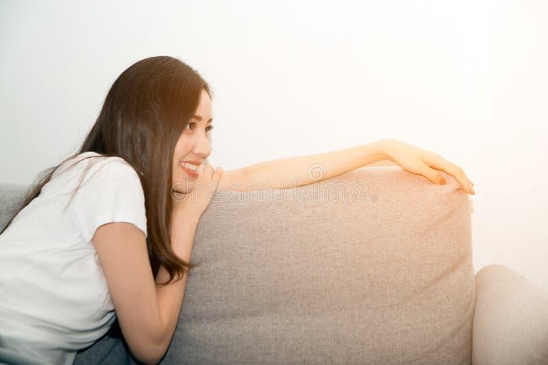 Mulher asiática relaxado e respiração de descanso fresca no sofá foto de stock royalty free