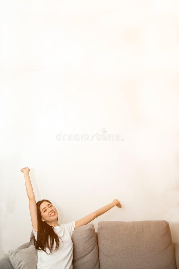 Mulher asiática relaxado e respiração de descanso fresca no sofá em casa imagens de stock royalty free