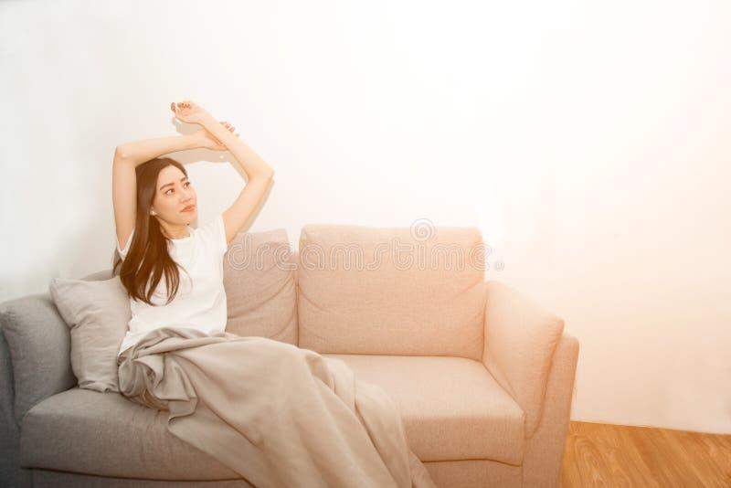 Mulher asiática relaxado e respiração de descanso fresca no sofá em casa foto de stock royalty free