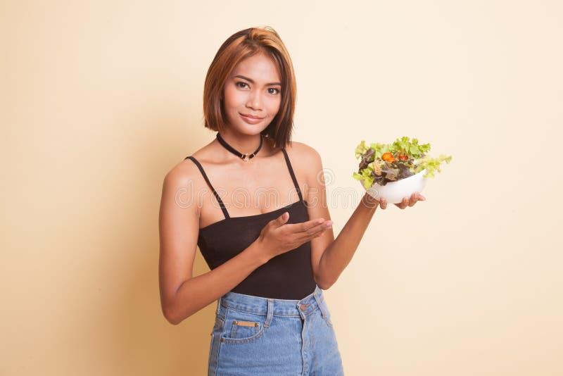 Mulher asiática saudável com salada fotos de stock royalty free