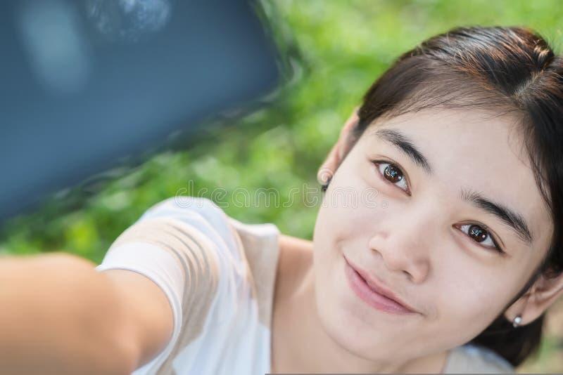Mulher asiática Selfie pelo smartphone fotos de stock royalty free