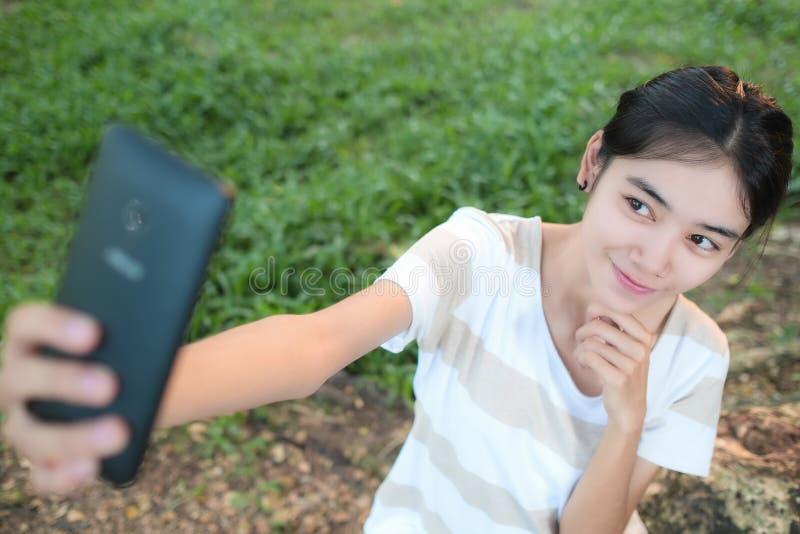 Mulher asiática Selfie pelo smartphone foto de stock royalty free