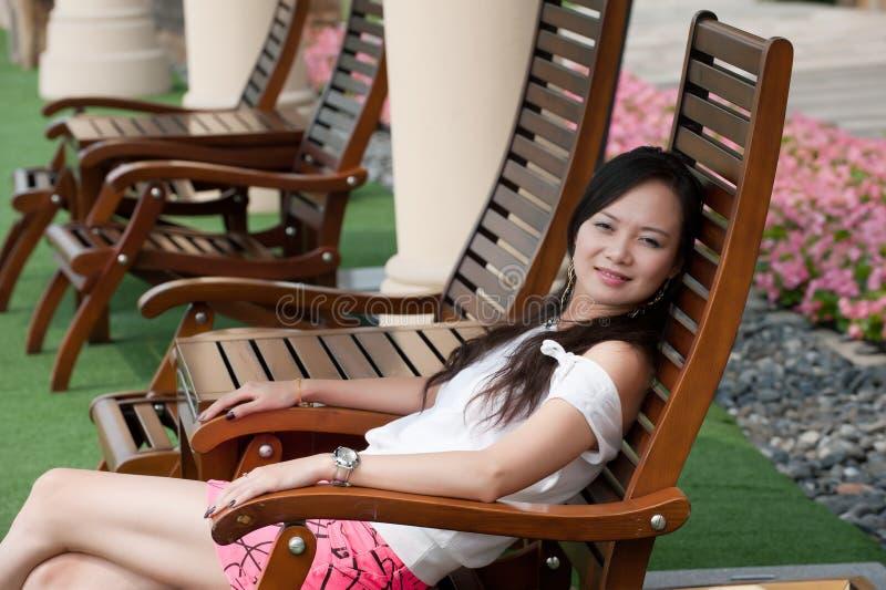 A mulher asiática senta-se fotografia de stock royalty free