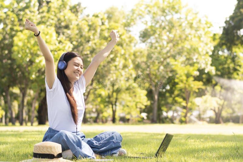 A mulher asiática sentir muito feliz quando música de escuta fotografia de stock