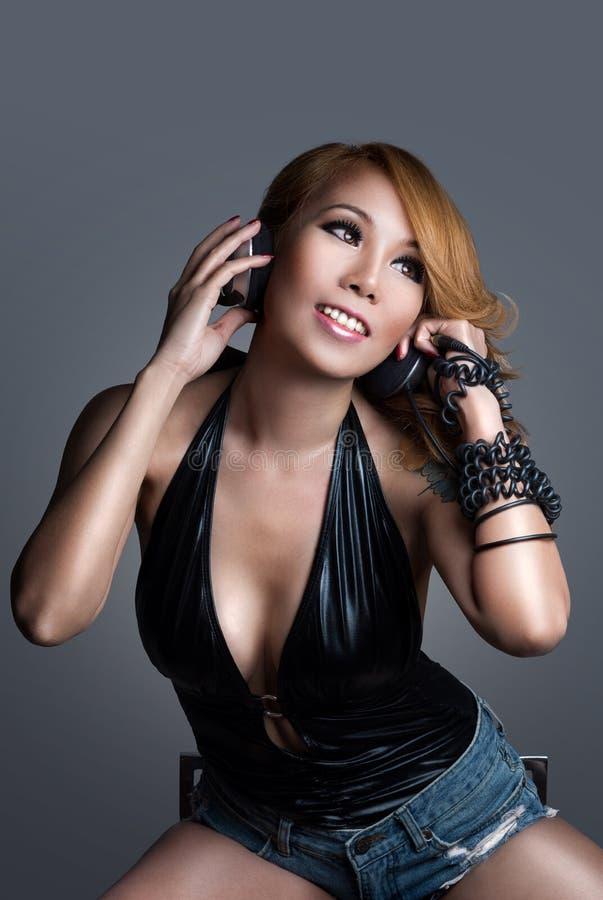 Mulher asiática 'sexy' nova DJ que joga a música imagem de stock