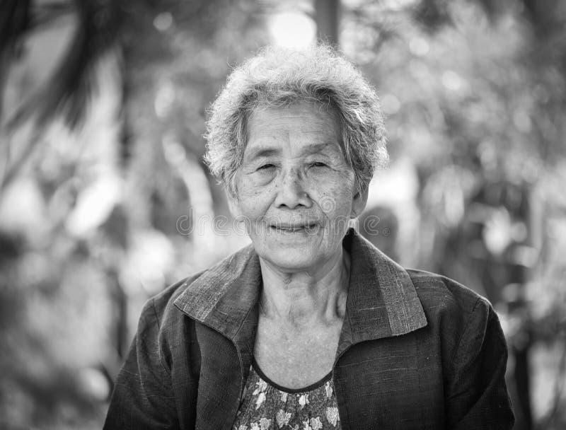 Mulher asiática superior feliz imagens de stock royalty free