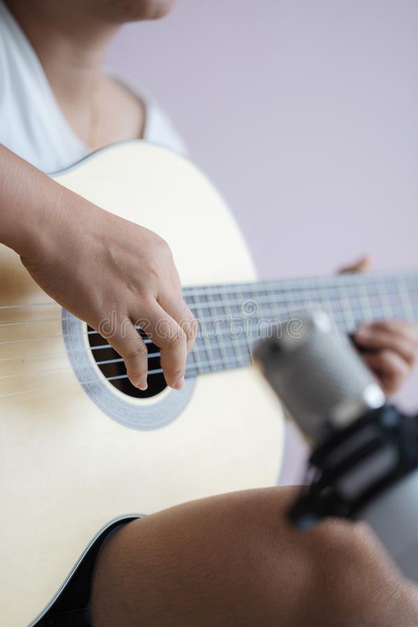Mulher asiática toca violão clássico acústico para jazz e música de escuta fácil e grava com microfone seleciona foco profun fotografia de stock