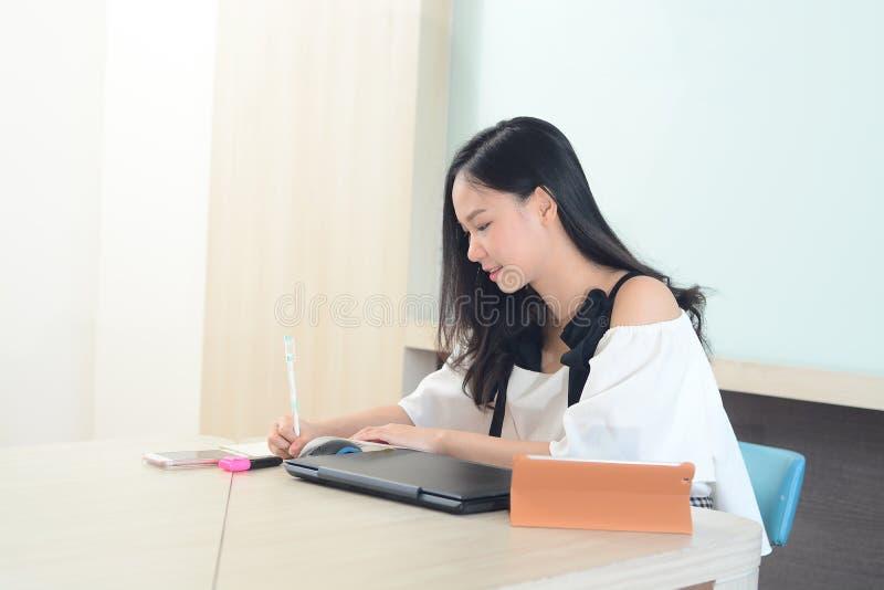 Mulher asiática trabalho concentrado duramente no escritório foto de stock royalty free