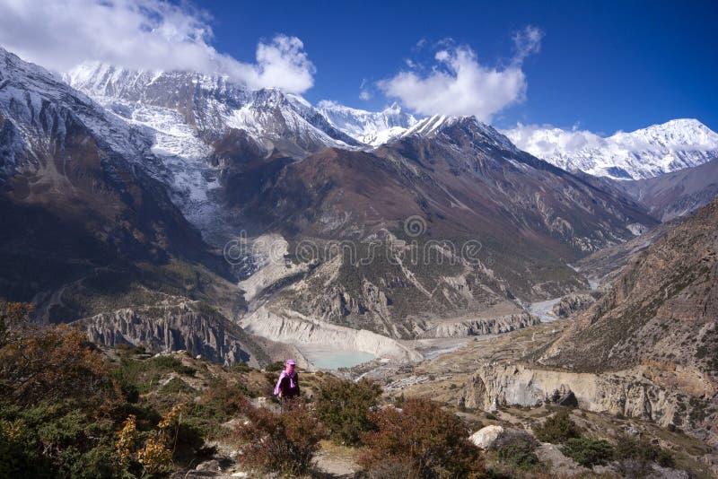 Mulher asiática trekker no vale do Everest no campo de base em Khumbu, Nepal fotografia de stock