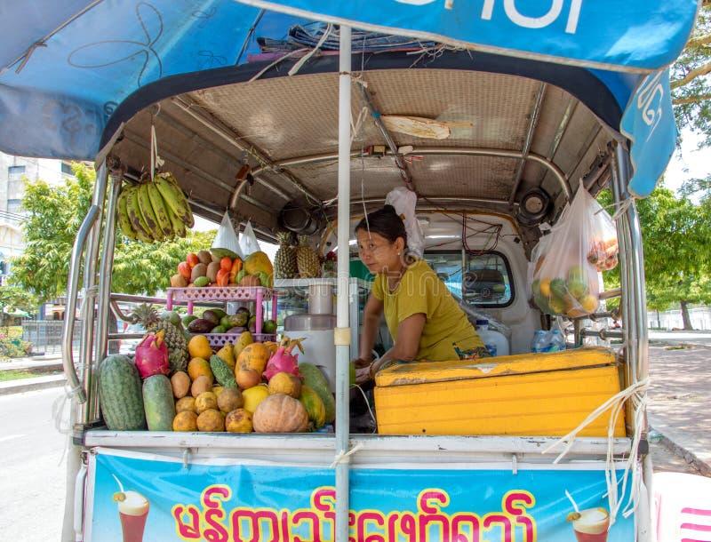 A mulher asiática vende sucos de fruta frescos imagens de stock royalty free