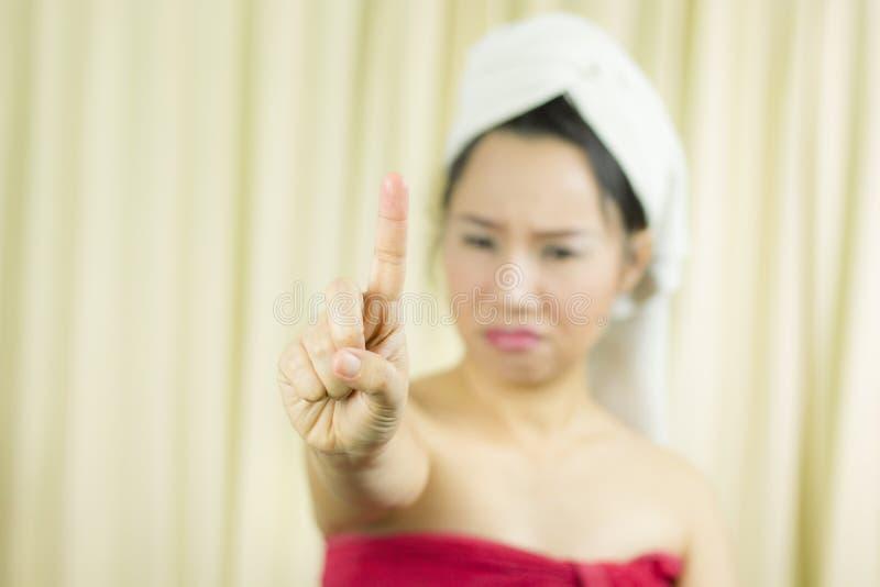 A mulher asi?tica veste uma saia para cobrir seu peito ap?s o cabelo da lavagem, envolvido nas toalhas ap?s o chuveiro e a doa??o fotografia de stock royalty free