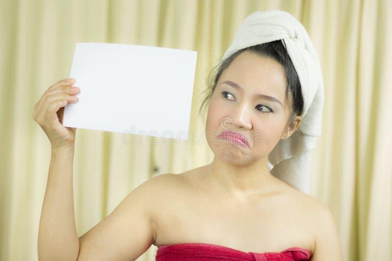 A mulher asi?tica veste uma saia para cobrir seu peito ap?s o cabelo da lavagem, envolvido nas toalhas ap?s o chuveiro que guarda fotografia de stock