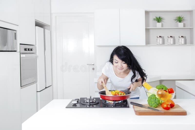 Download A Mulher Aspira A Refeição Na Frigideira Imagem de Stock - Imagem de menina, chopping: 80100171