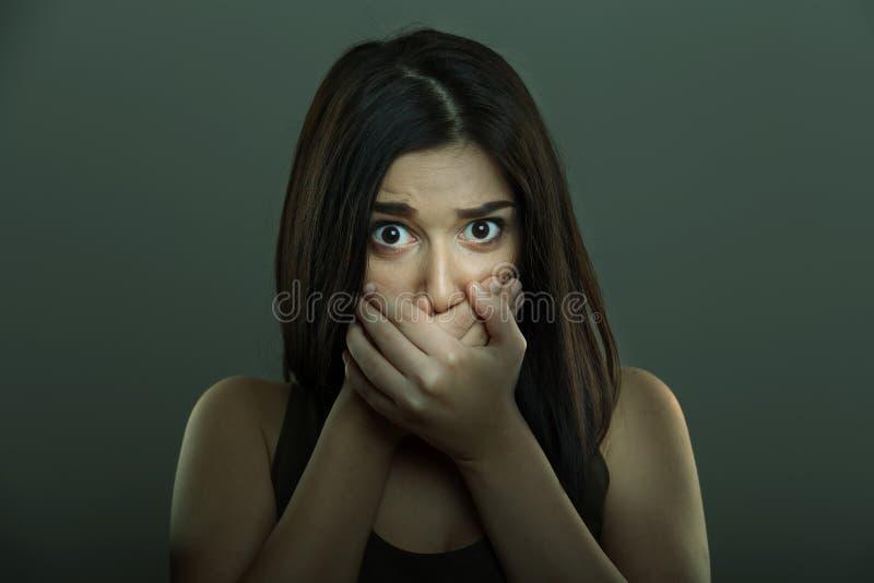 Mulher assustado com as mãos que cobrem a boca foto de stock