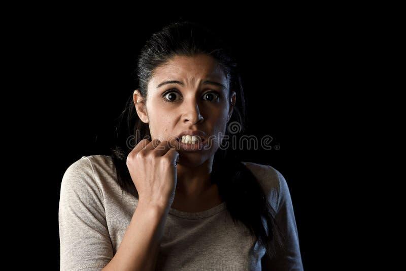 Mulher aterrorizada e horrorizada desesperada e assustado isolado no preto imagem de stock royalty free