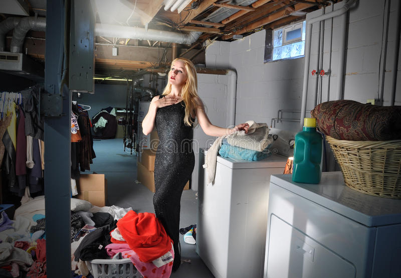 Mulher ativa com tarefas de Lanundry foto de stock