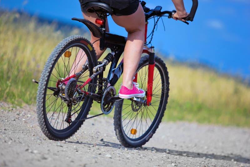 Mulher ativa em uma bicicleta fotografia de stock royalty free
