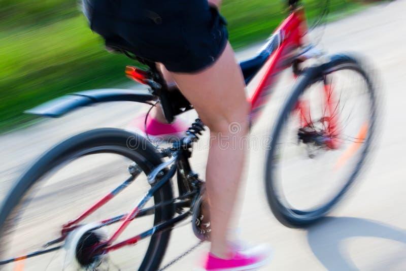 Mulher ativa em uma bicicleta imagens de stock