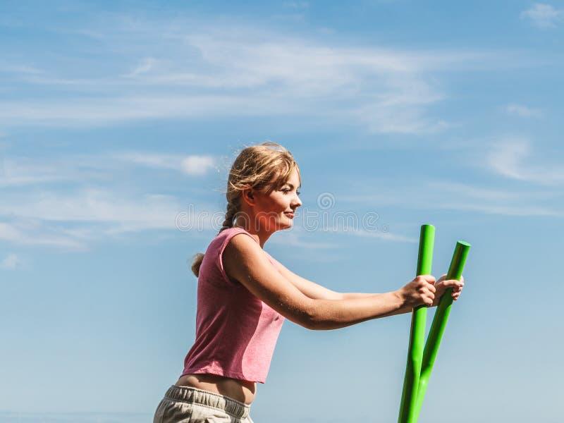 Mulher ativa que exercita no instrutor elíptico imagens de stock royalty free