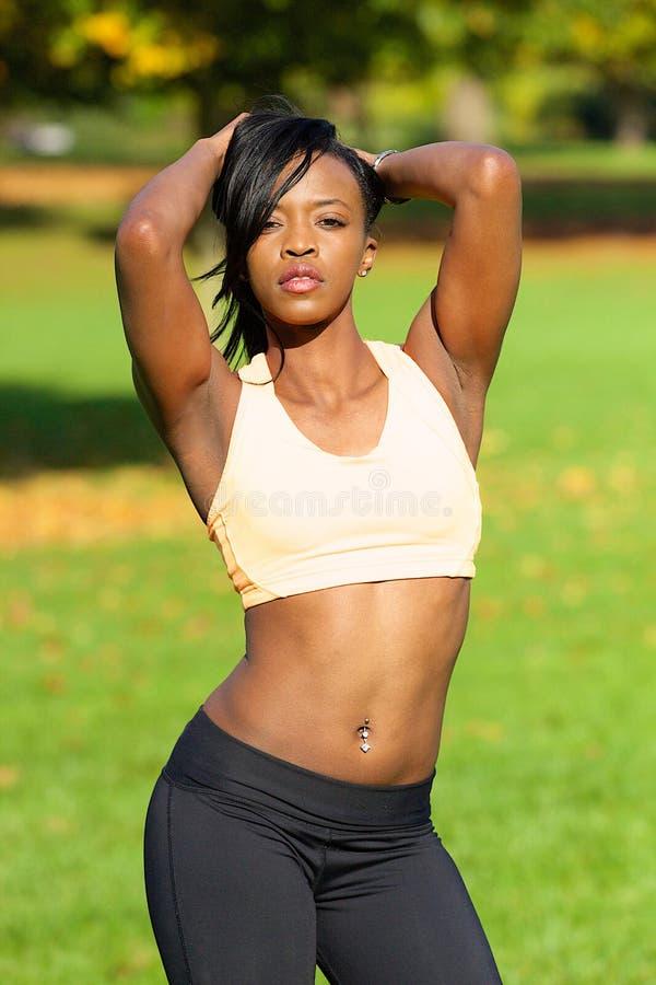 Mulher atlética bonita que levanta no parque fotografia de stock royalty free