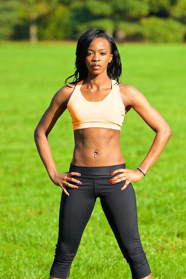 Mulher atlética bonita que levanta no parque imagem de stock