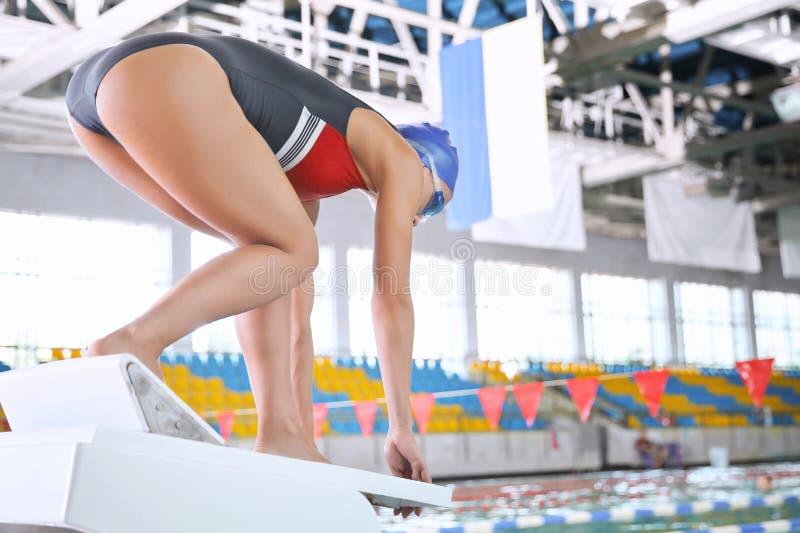 Mulher atlética nova que salta na associação imagem de stock