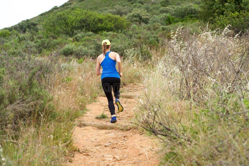 Mulher atlética que corre na fuga da sujeira fora imagens de stock royalty free