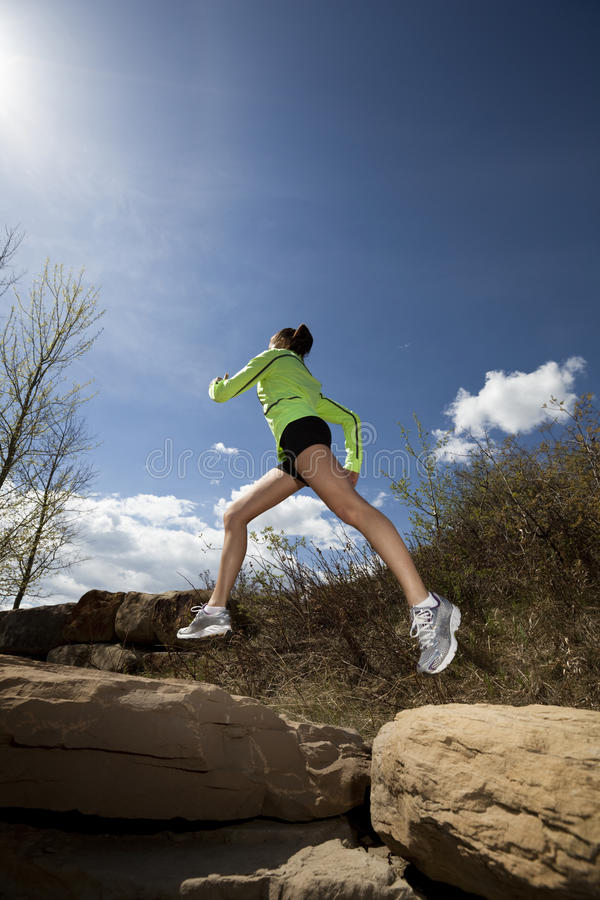 Mulher atlética que salta ao movimentar-se imagens de stock