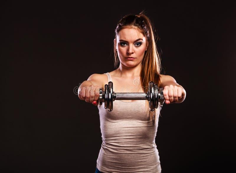 Mulher atlética que trabalha com pesos pesados fotografia de stock royalty free