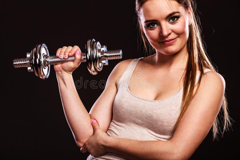Mulher atlética que trabalha com pesos pesados foto de stock royalty free