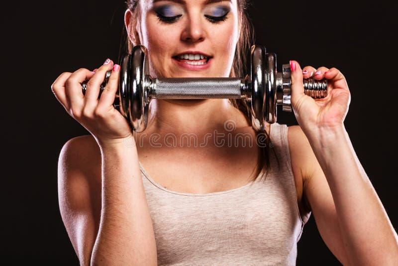 Mulher atlética que trabalha com pesos pesados fotos de stock royalty free