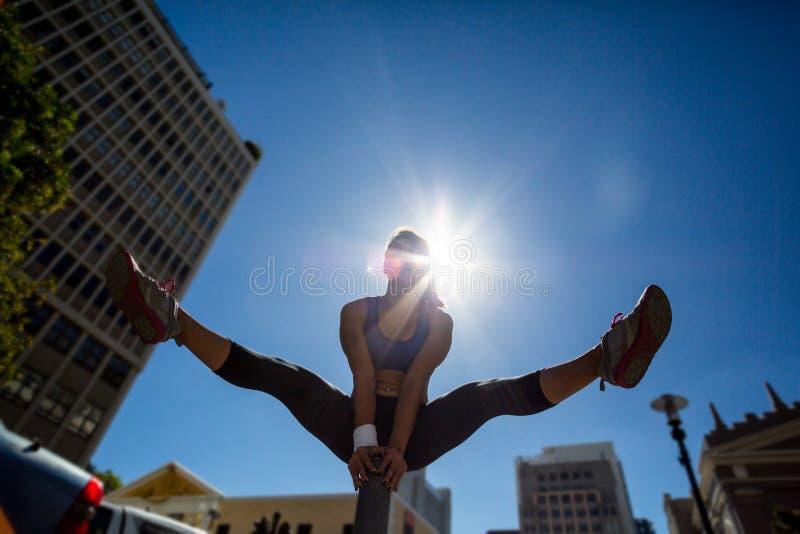 Mulher atlética que vaulting sobre o poste de amarração imagens de stock royalty free