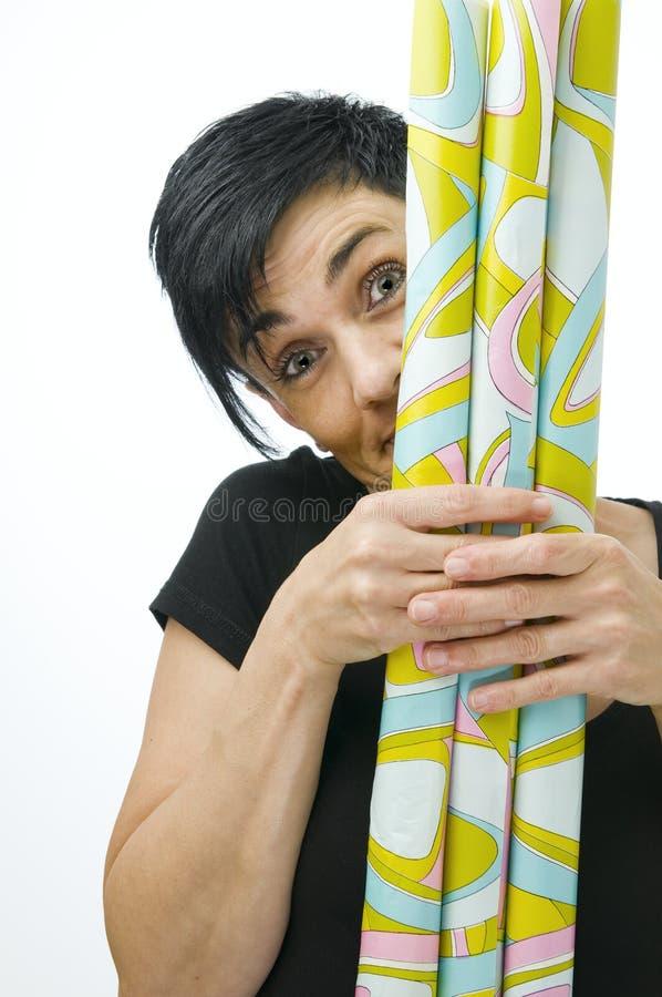 Mulher atrás do papel do presente foto de stock