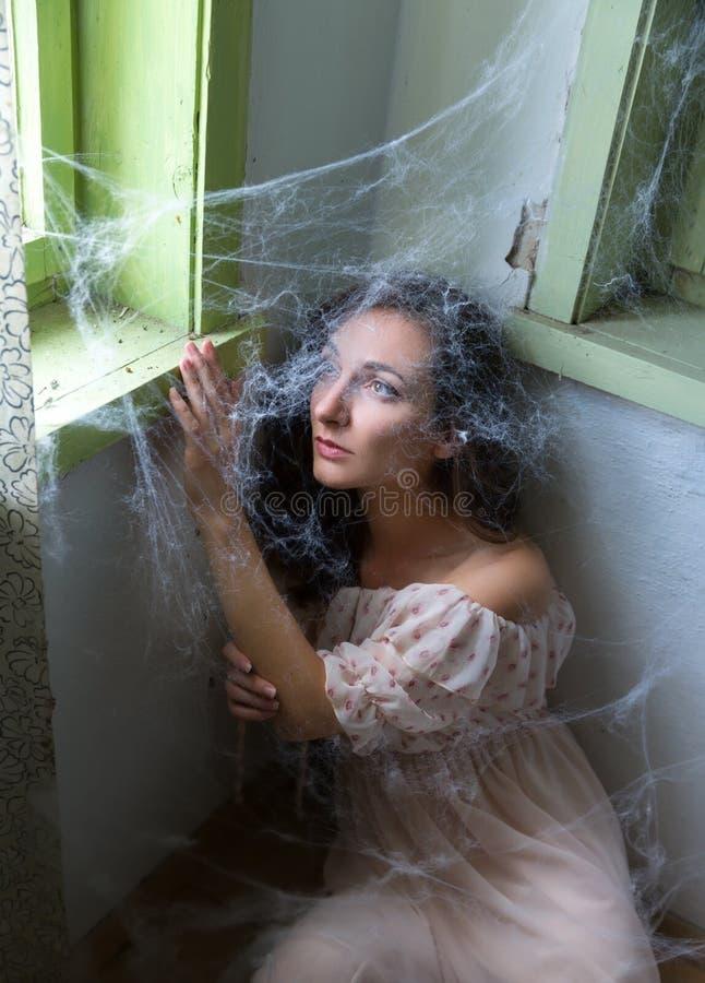Mulher atrás do spiderweb fotos de stock