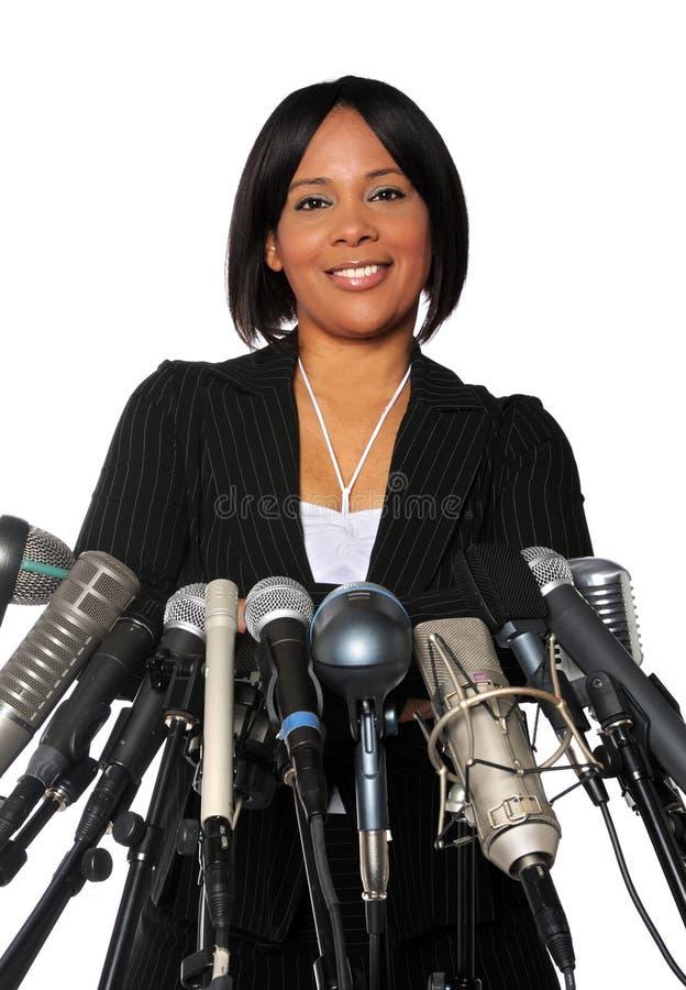 Mulher atrás dos microfones