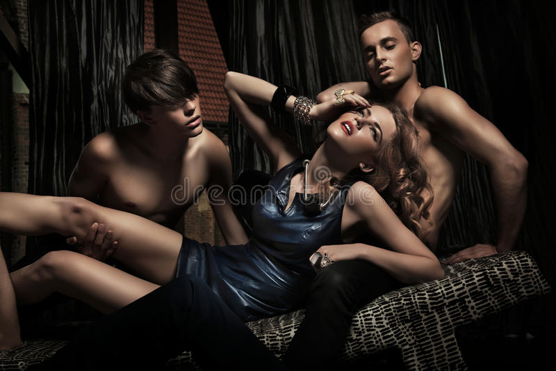 Download Mulher Atrativa Adored Por Homens Fotos de Stock - Imagem: 20578173