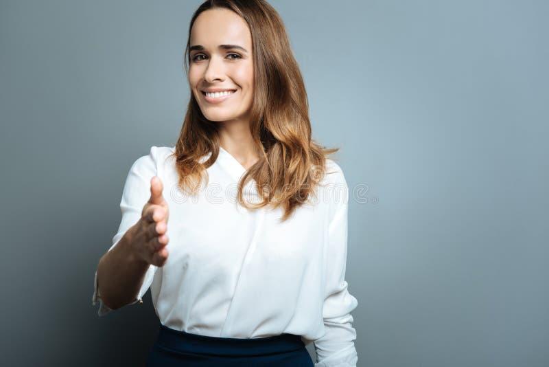 Mulher atrativa alegre que cumprimenta o foto de stock royalty free