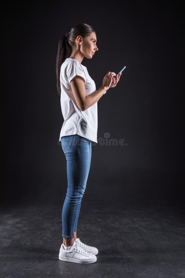 Mulher atrativa alegre que usa meios sociais fotografia de stock royalty free