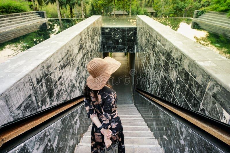 Mulher atrativa bonita no terraço da natação com de tamanho grande imagem de stock