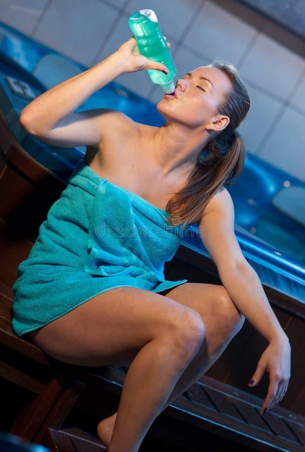 Mulher atrativa com bebida da energia imagem de stock