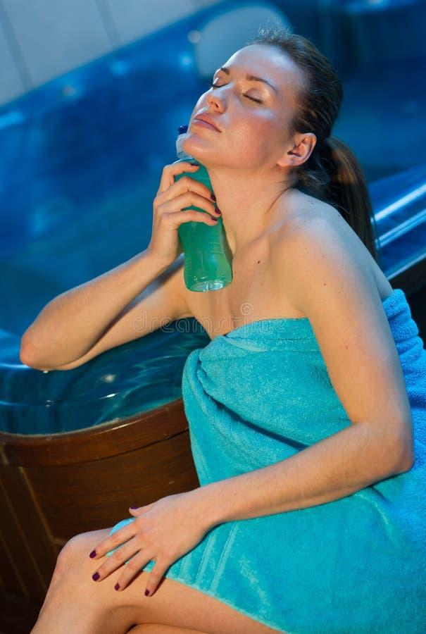 Mulher atrativa com bebida da energia imagem de stock royalty free