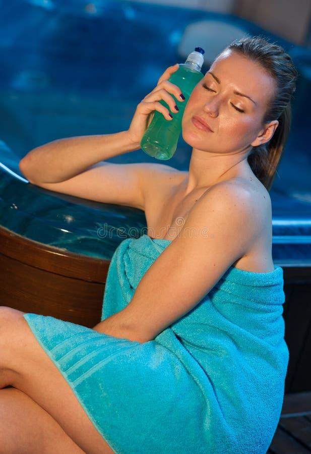 Mulher atrativa com bebida da energia fotos de stock royalty free