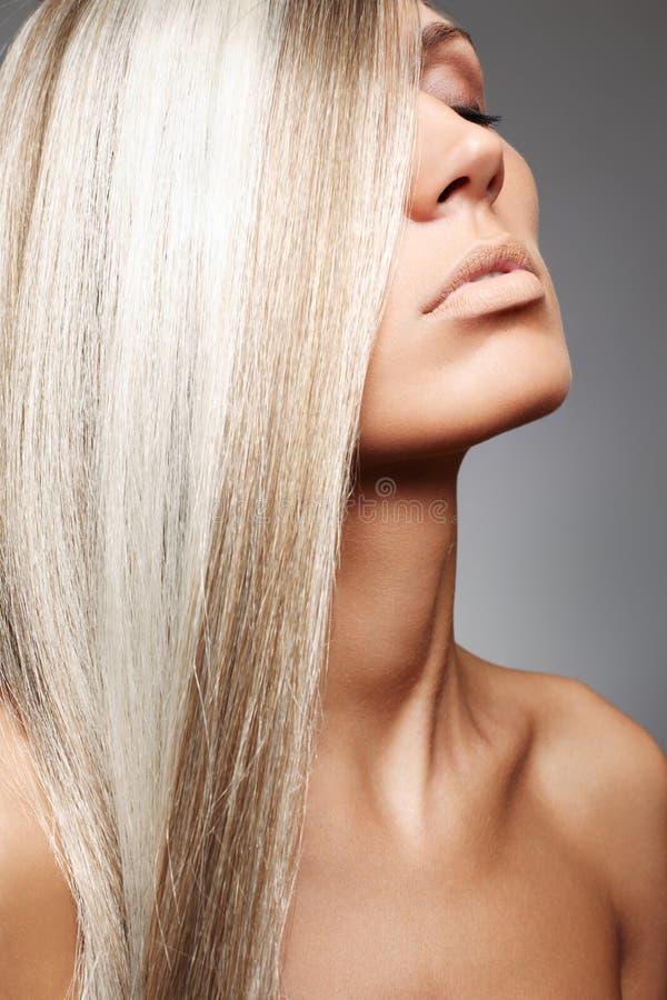 Mulher atrativa com cabelo bonito foto de stock