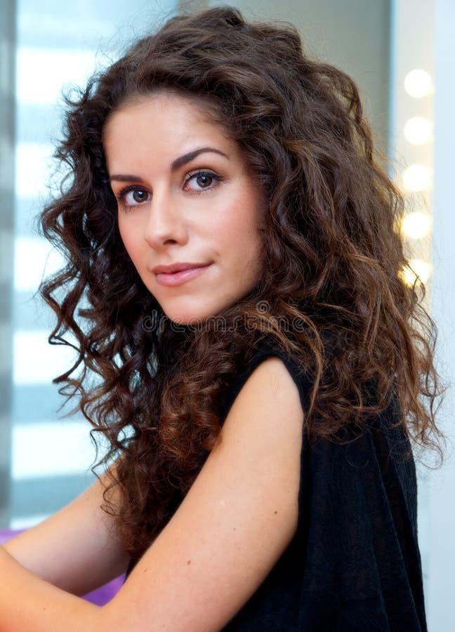 Mulher atrativa com cabelo encaracolado fotografia de stock