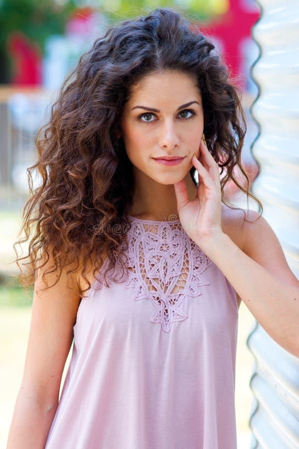 Mulher atrativa com cabelo encaracolado fotografia de stock royalty free