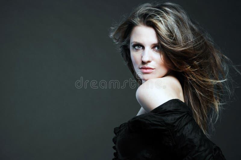 Mulher atrativa com cabelo longo. imagem de stock royalty free