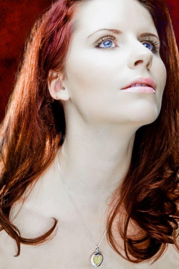 Mulher atrativa com cabelo vermelho longo. imagens de stock