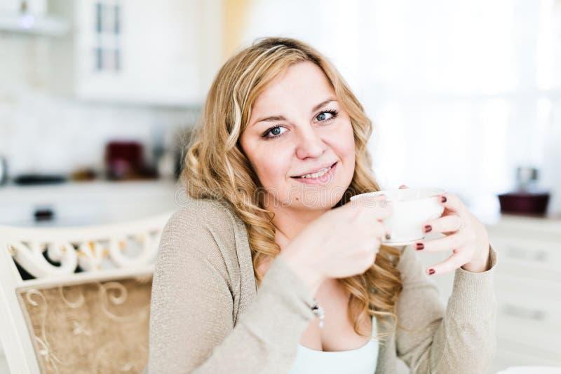 Mulher atrativa com café fotografia de stock royalty free