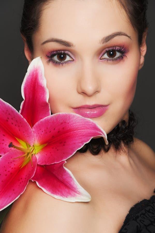 Mulher atrativa com flor cor-de-rosa fotos de stock royalty free